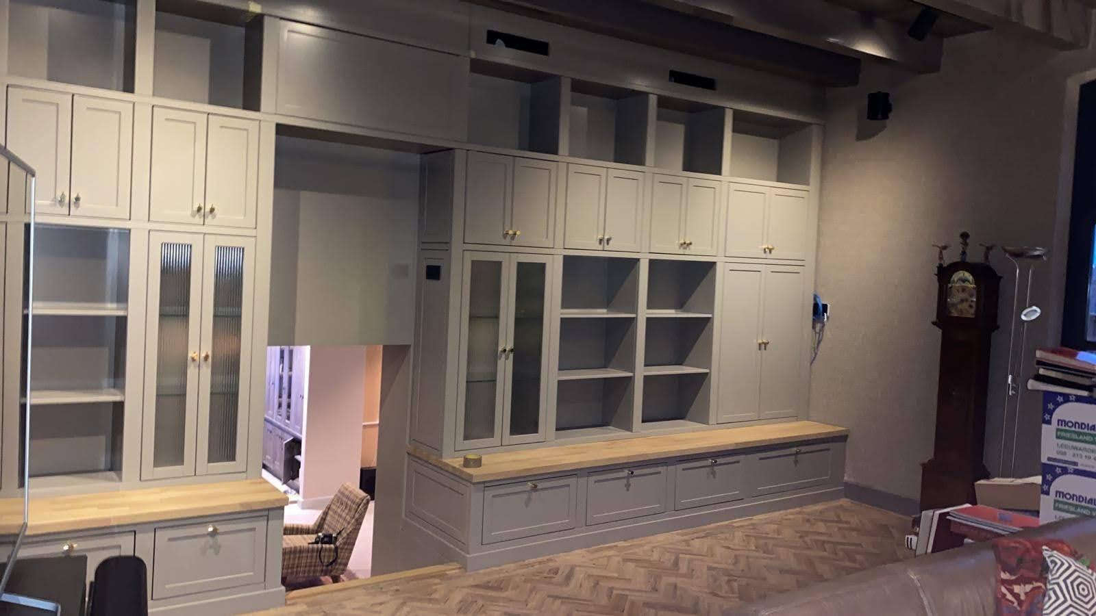 maatwerk boekenkast in woonboerderij Friesland